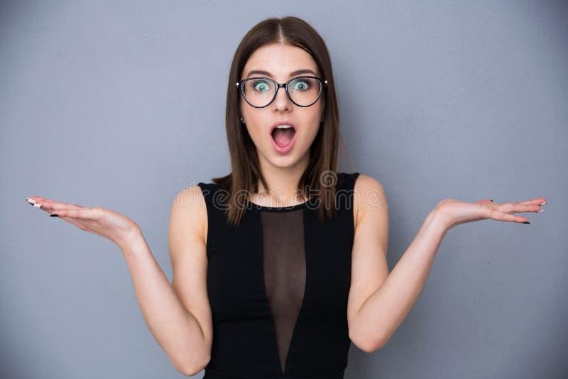 Милая женщина с выражением лица сюрприза стоковое изображение rf