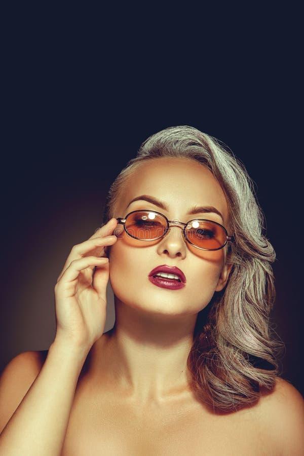 Милая женщина с красивым составом и стильными солнечными очками стоковое фото rf