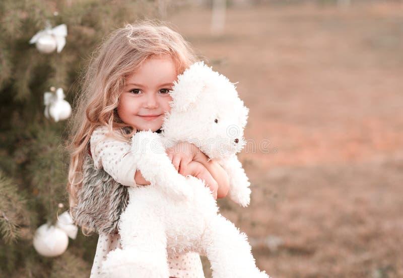 Милая игрушка медведя удерживания ребёнка стоковое изображение