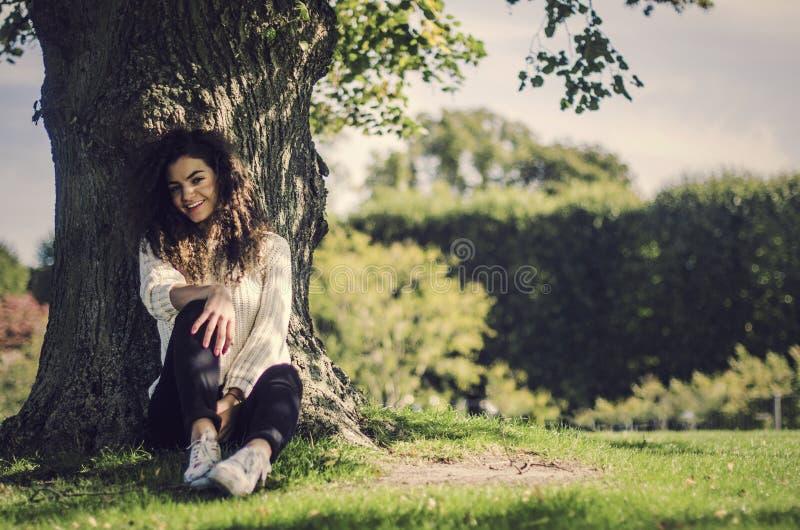 Милая и шаловливая женщина имея хорошее настроение в природе стоковое изображение rf