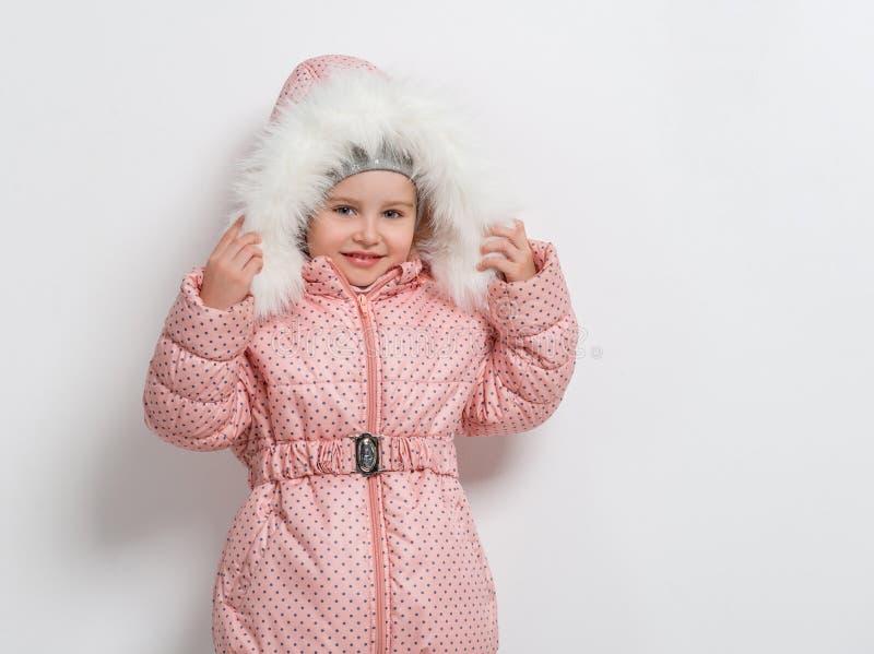 Милая маленькая девочка в вниз куртке с клобуком стоковое фото rf