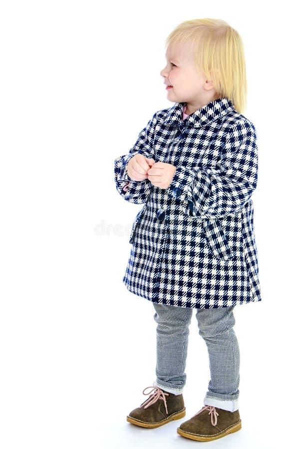 Милая маленькая девочка в пальто осени стоковое фото