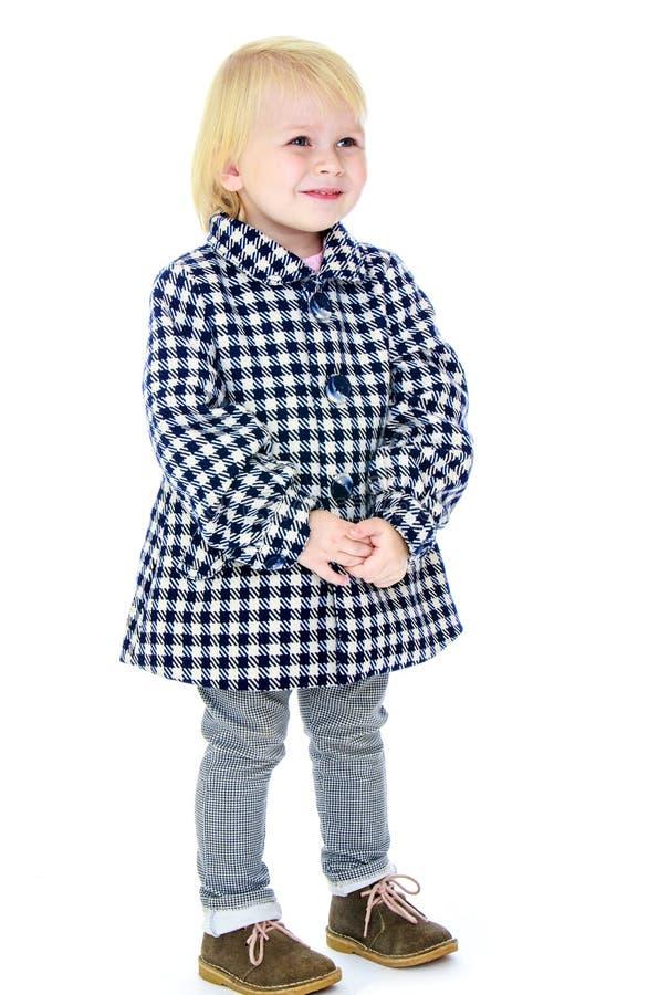 Милая маленькая девочка в пальто осени стоковая фотография