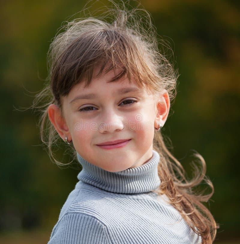 Маленькая девочка в сером свитере стоковые изображения rf