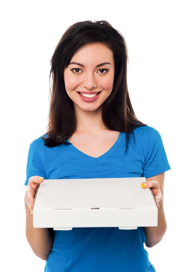 Милая маленькая девочка держа коробку пиццы стоковое изображение