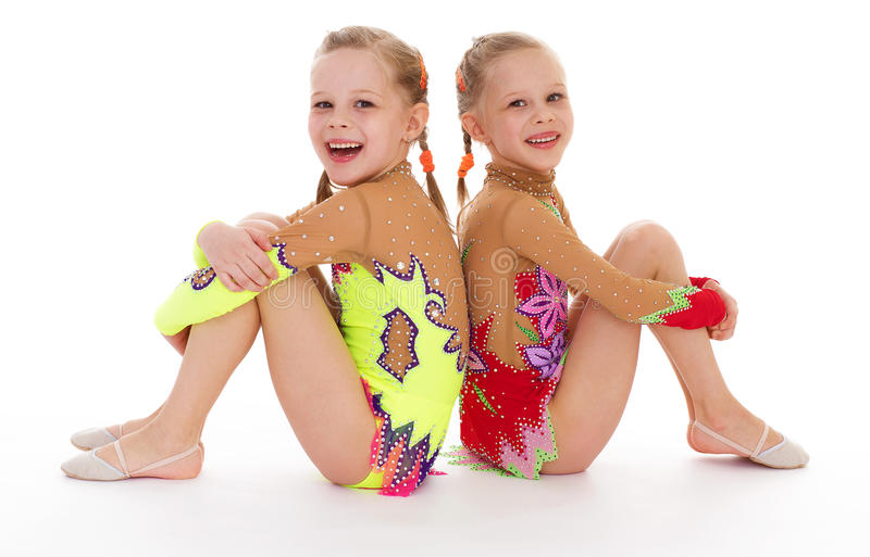 Милая маленькая девочка 2 делая гимнастику стоковое изображение