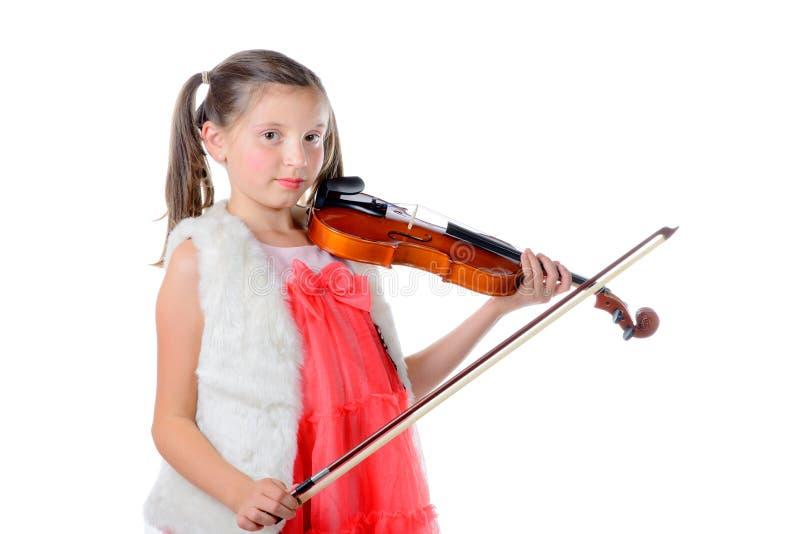 Милая маленькая девочка играя скрипку стоковые фото