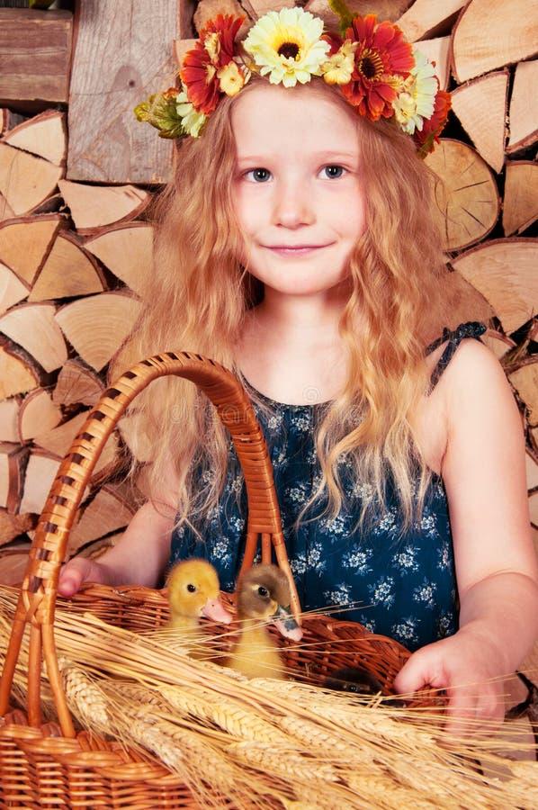 Милая маленькая девочка имеет пасху стоковое изображение