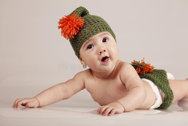 Милая маленькая девочка имея потеху и усмехаясь на изолированной предпосылке стоковые изображения rf