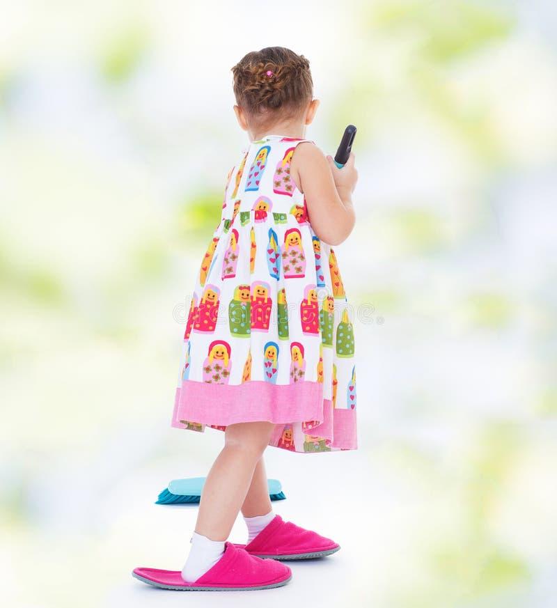Милая маленькая девочка идет ходить по магазинам стоковые фотографии rf