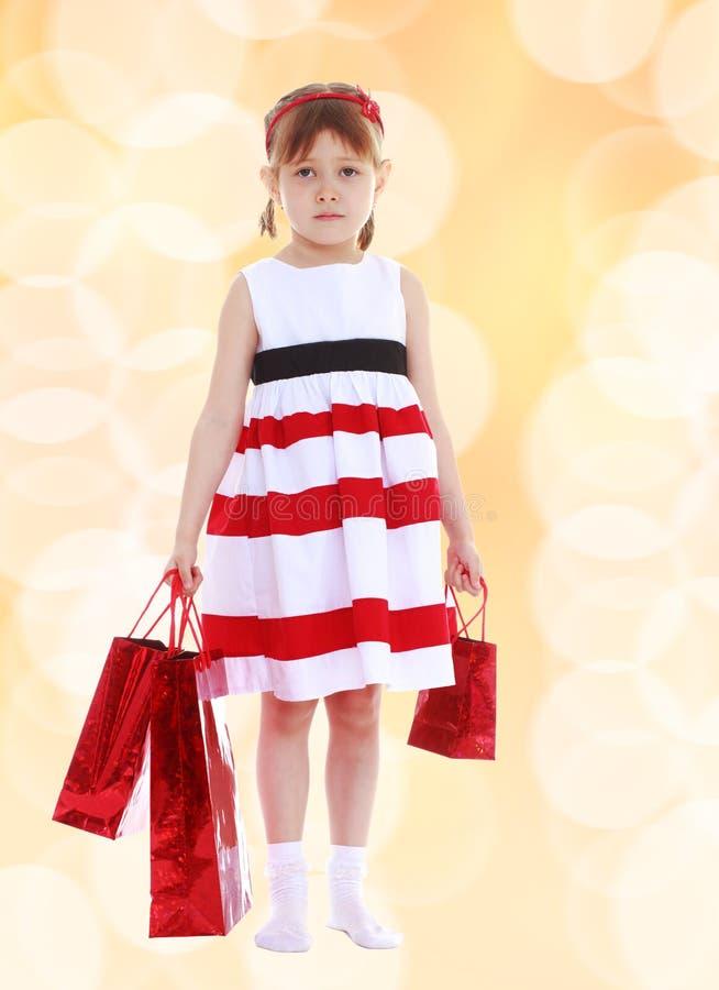 Милая маленькая девочка идет ходить по магазинам стоковое фото rf