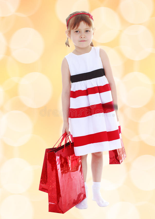 Милая маленькая девочка идет ходить по магазинам стоковое изображение