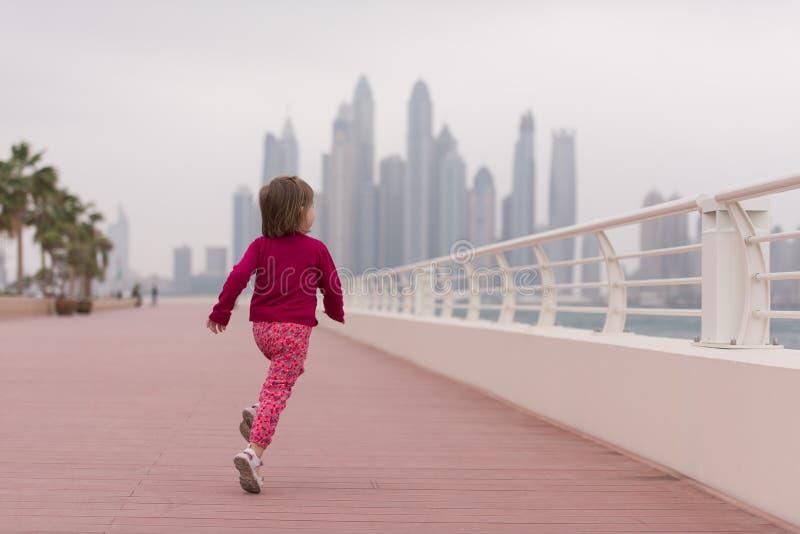 Милая маленькая девочка на прогулке морем стоковое фото