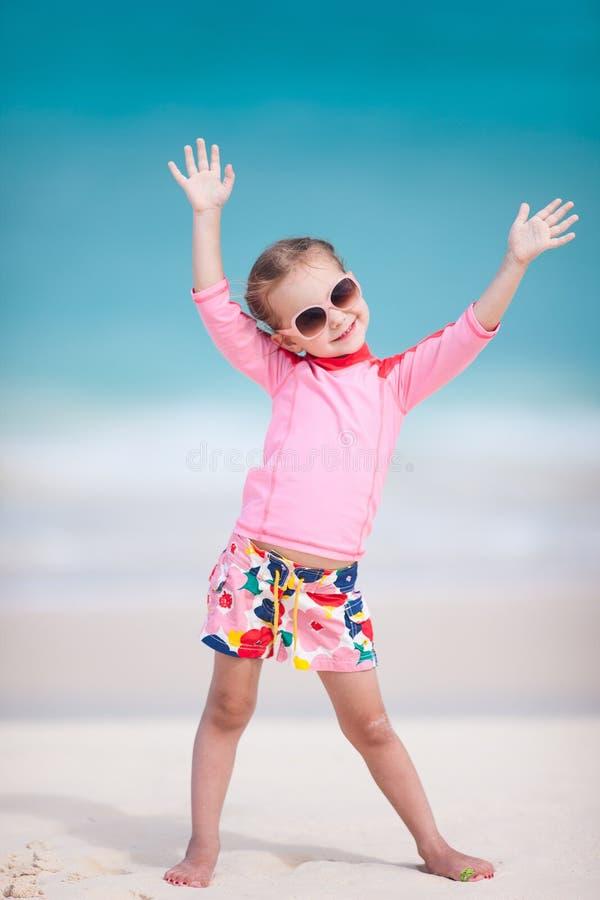 Милая маленькая девочка на пляже стоковое фото
