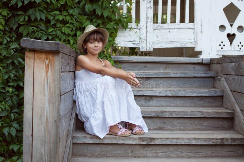 Милая маленькая девочка сидит стоковое фото rf