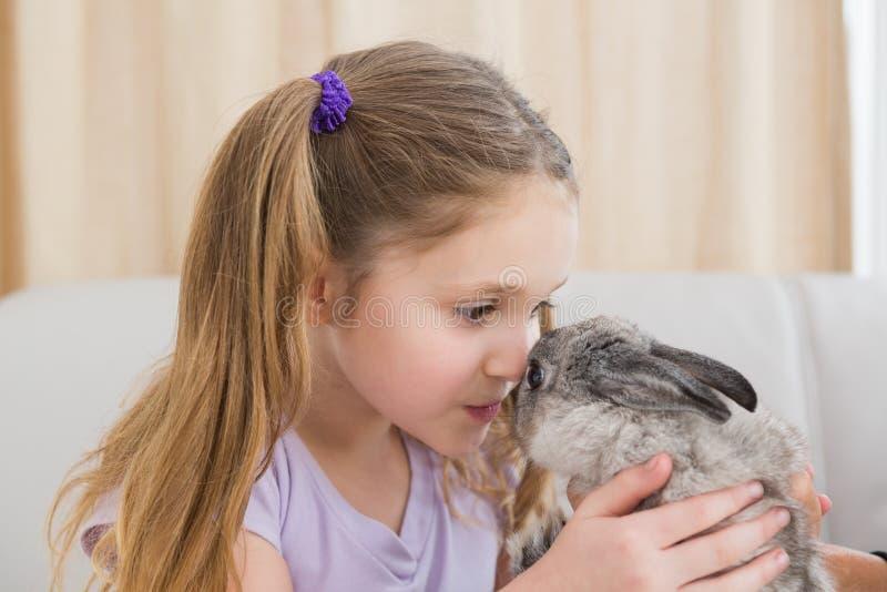 Милая маленькая девочка с ее зайчиком любимчика стоковые изображения