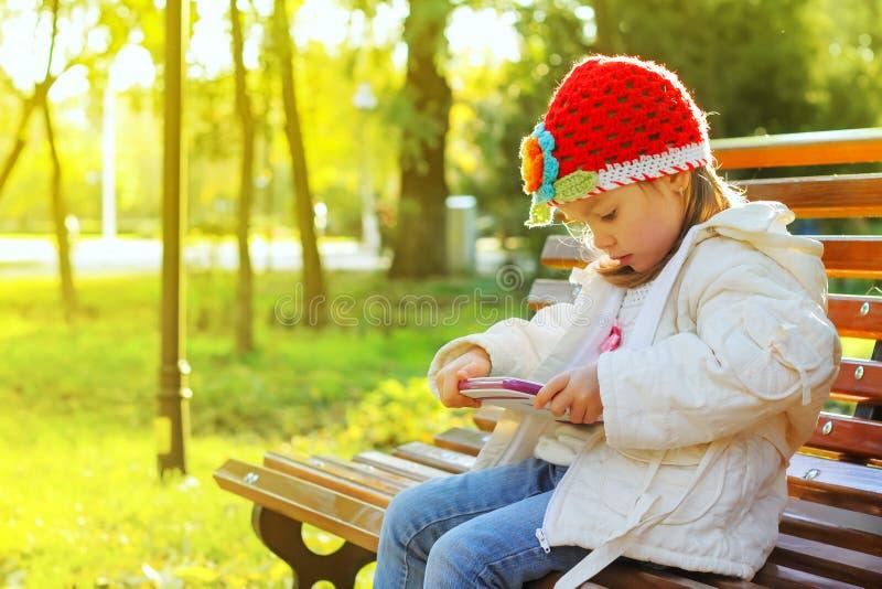 Милая маленькая девочка с ПК таблетки стоковые фотографии rf