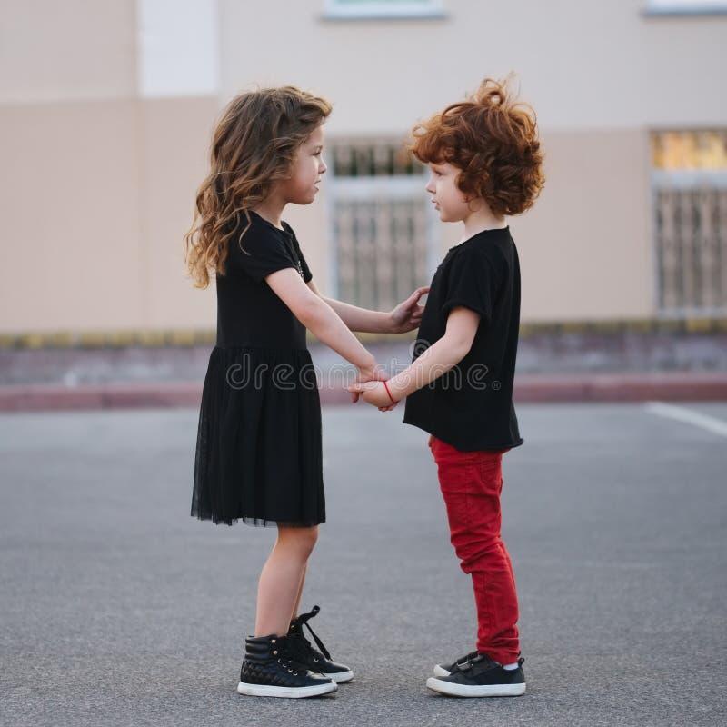 Милая маленькая девочка edifies мальчик стоковое изображение rf