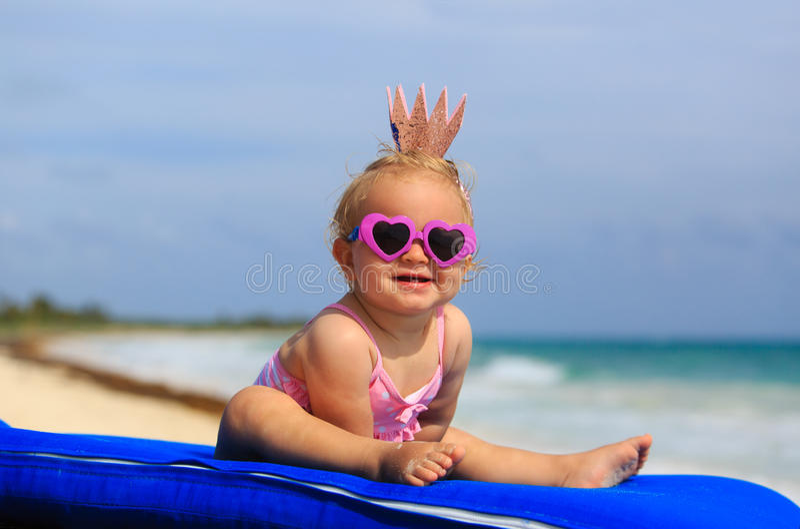 Милая маленькая принцесса младенца на пляже лета стоковое фото rf