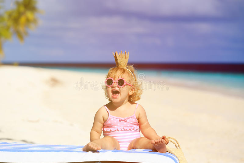 Милая маленькая принцесса младенца на пляже лета стоковые фотографии rf