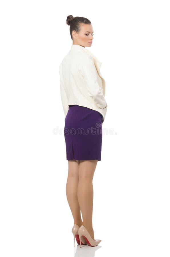 Милая модель нося фиолетовое платье изолированное на белизне стоковые фото