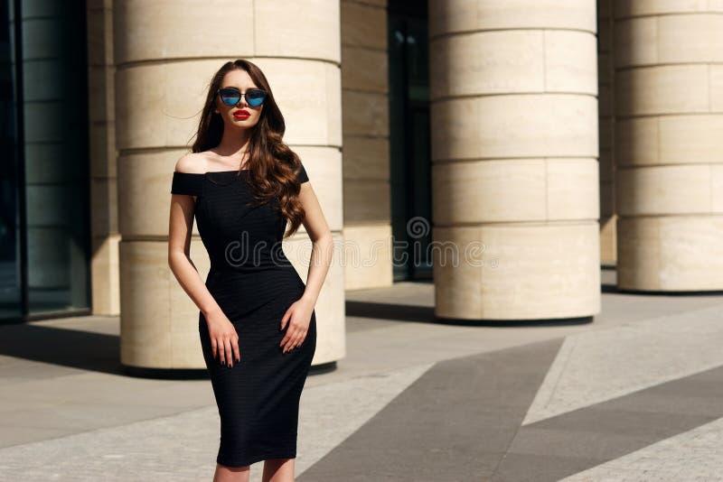 Милая модель с длинным вьющиеся волосы и красными губами стоковые фотографии rf