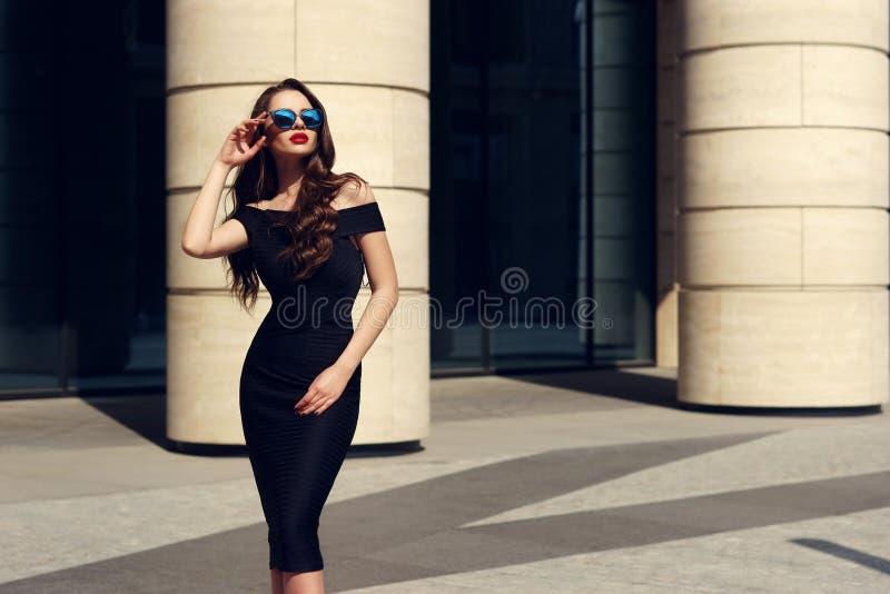 Милая модель с длинным вьющиеся волосы и красными губами стоковые изображения rf