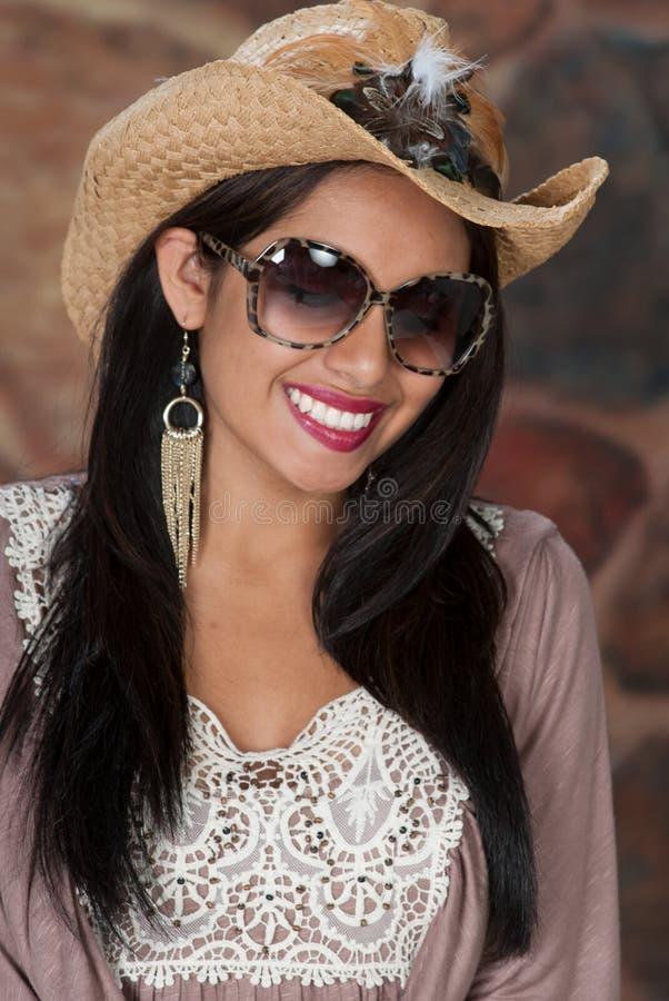 Милая модель с ковбойской шляпой дальше. стоковое фото rf
