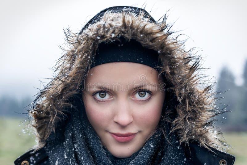 Милая молодая женщина в зимнем дне стоковая фотография rf