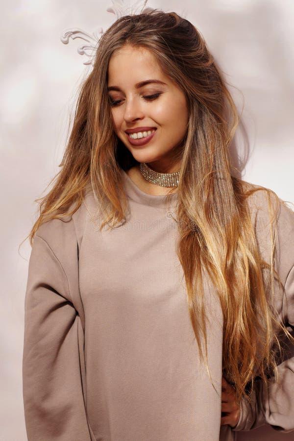 Милая молодая женщина в фуфайке стоковое изображение