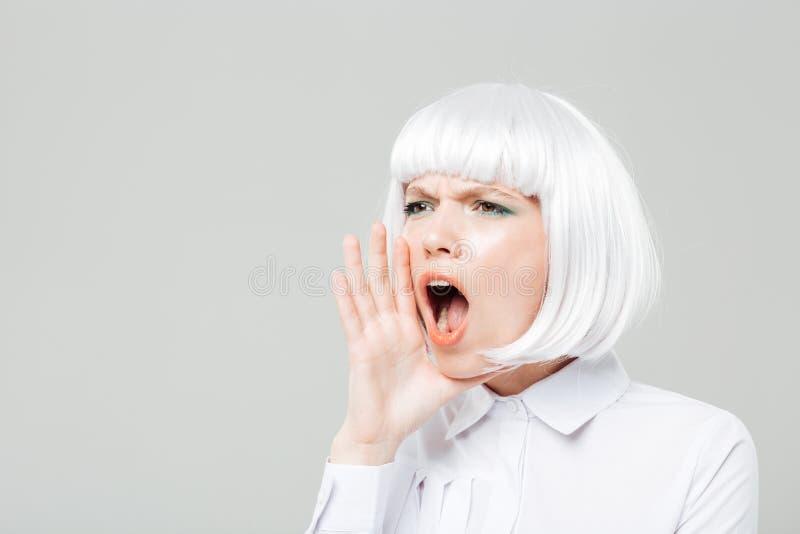 Милая молодая женщина крича и вызывая для кто-нибудь стоковые изображения rf