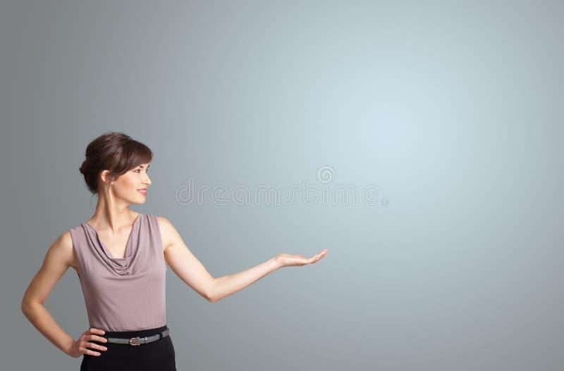 Милая женщина представляя космос экземпляра стоковые фото