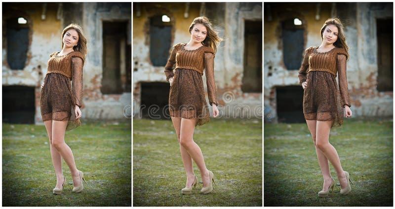 Милая молодая женщина представляя перед фермой. Очень привлекательная белокурая девушка с коричневым коротким платьем. Романтичный стоковая фотография