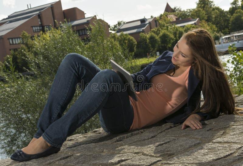 Милая молодая женщина с ПК таблетки стоковые фотографии rf