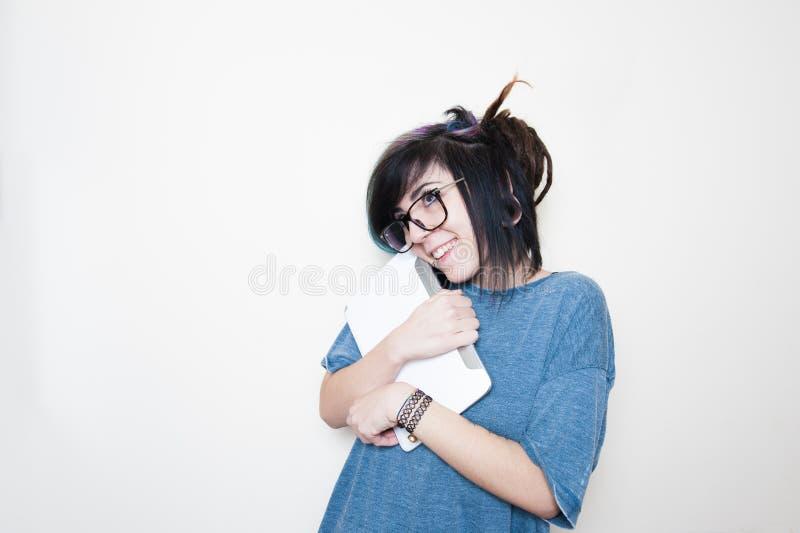Милая молодая женщина усмехаясь с таблеткой стоковые фото