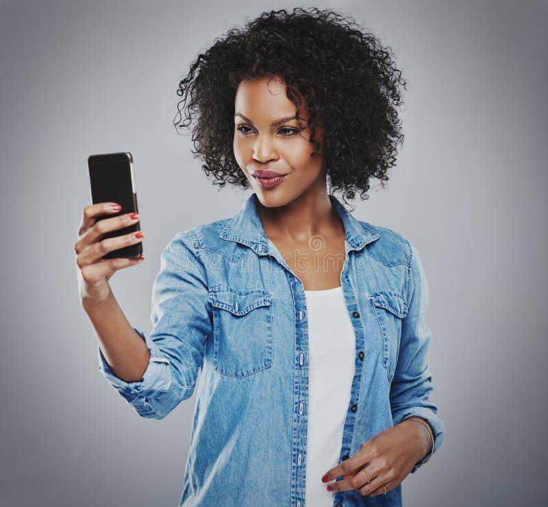 Милая незамужняя женщина фотографируя с телефоном стоковые изображения rf