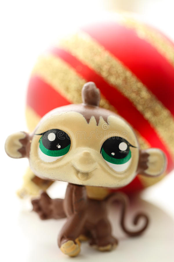 Милая обезьяна с шариком рождества стоковая фотография rf