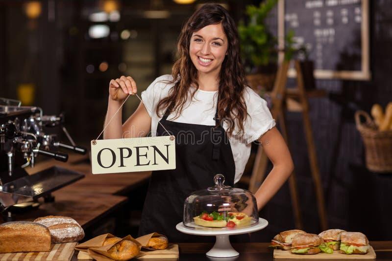 Милая официантка держа открытый знак стоковые изображения rf