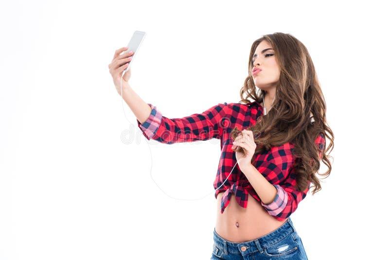 Милая симпатичная молодая женщина делая утку смотреть на и принимая selfie стоковая фотография