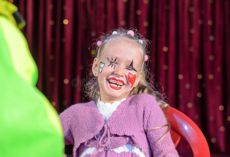Милая смеясь над маленькая девочка в составе пантомимы стоковое изображение rf