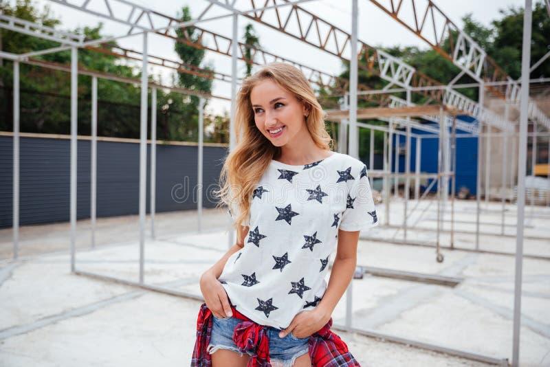 Милая усмехаясь белокурая женщина в csual одеждах outdoors стоковые фотографии rf