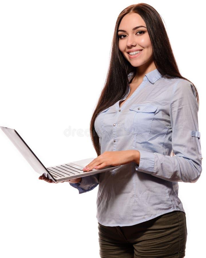 Милая усмехаясь девушка азиата в куртке джинсовой ткани раскрыла тетрадь стоковое изображение