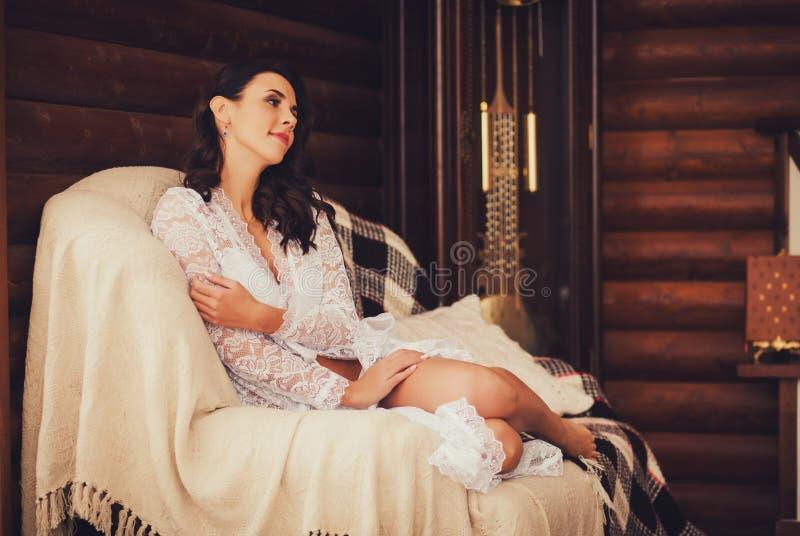 Милое брюнет ослабляя на кресле стоковое фото rf