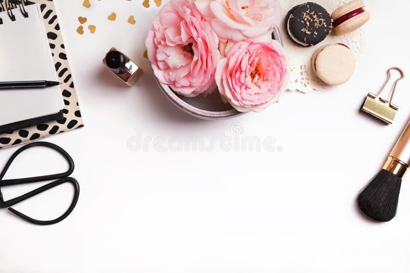 Милое женственное вещество на белой предпосылке, взгляд сверху стоковая фотография rf