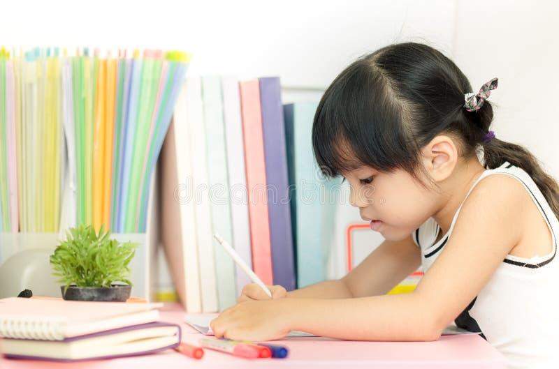 Милое изображение чертежа маленькой девочки используя ее воображение на белой предпосылке стоковая фотография rf