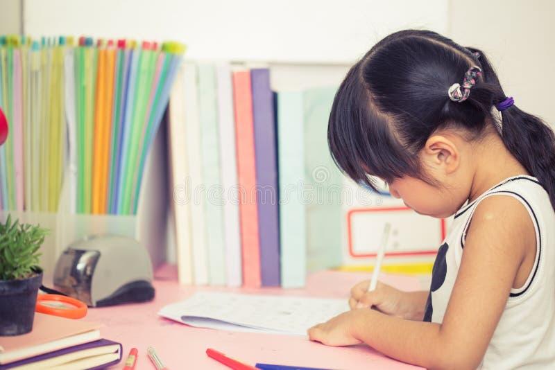 Милое изображение чертежа маленькой девочки используя ее стиль процесса фильтра воображения винтажный стоковое фото rf