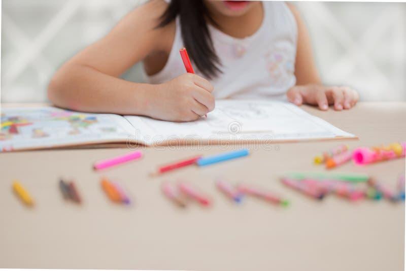 Милое изображение чертежа маленькой девочки на домашней внутренней предпосылке стоковая фотография rf