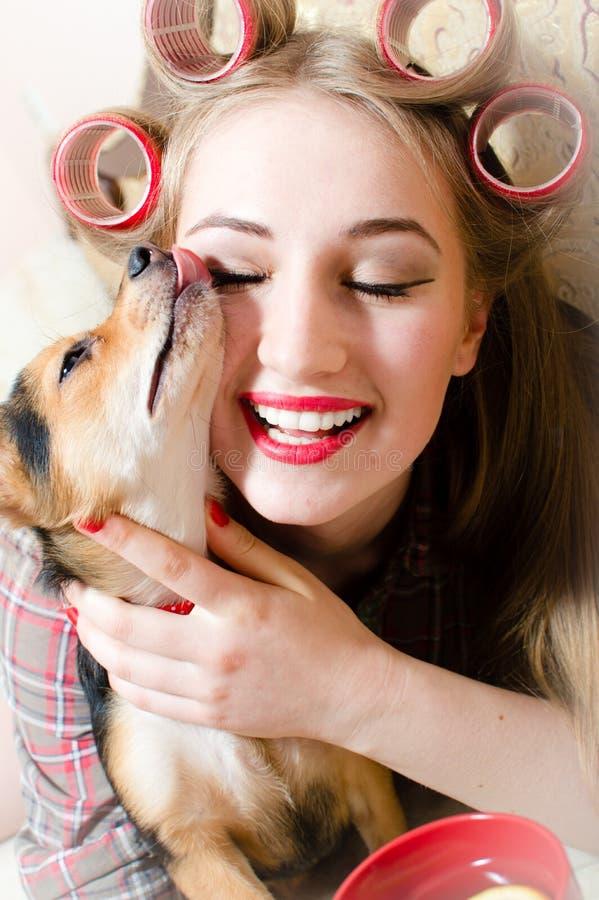 Милое объятие: портрет крупного плана на шикарной красивой белокурой молодой женщине обнимая с симпатичной собакой стоковые изображения rf