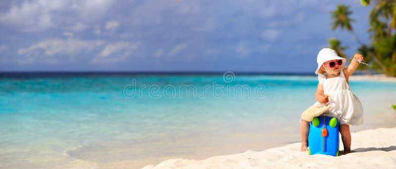 Милое перемещение маленькой девочки на пляже лета стоковые фото