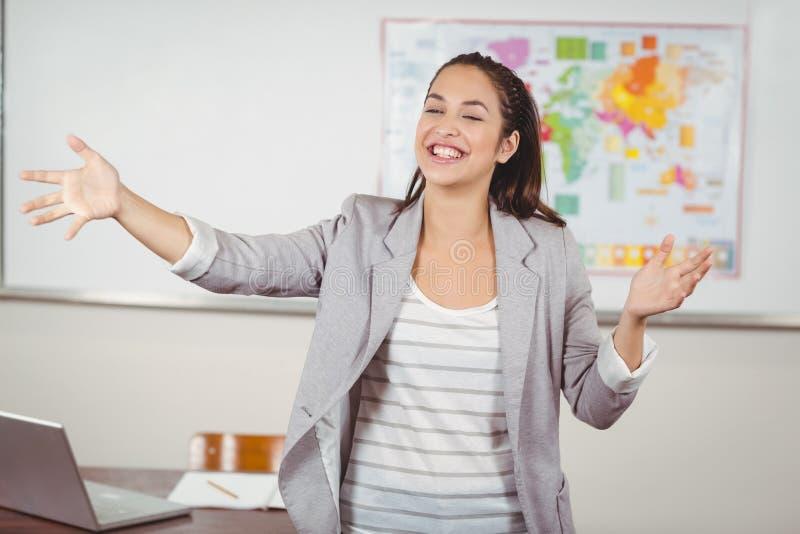 Милое преподавательство учителя в классе стоковая фотография rf
